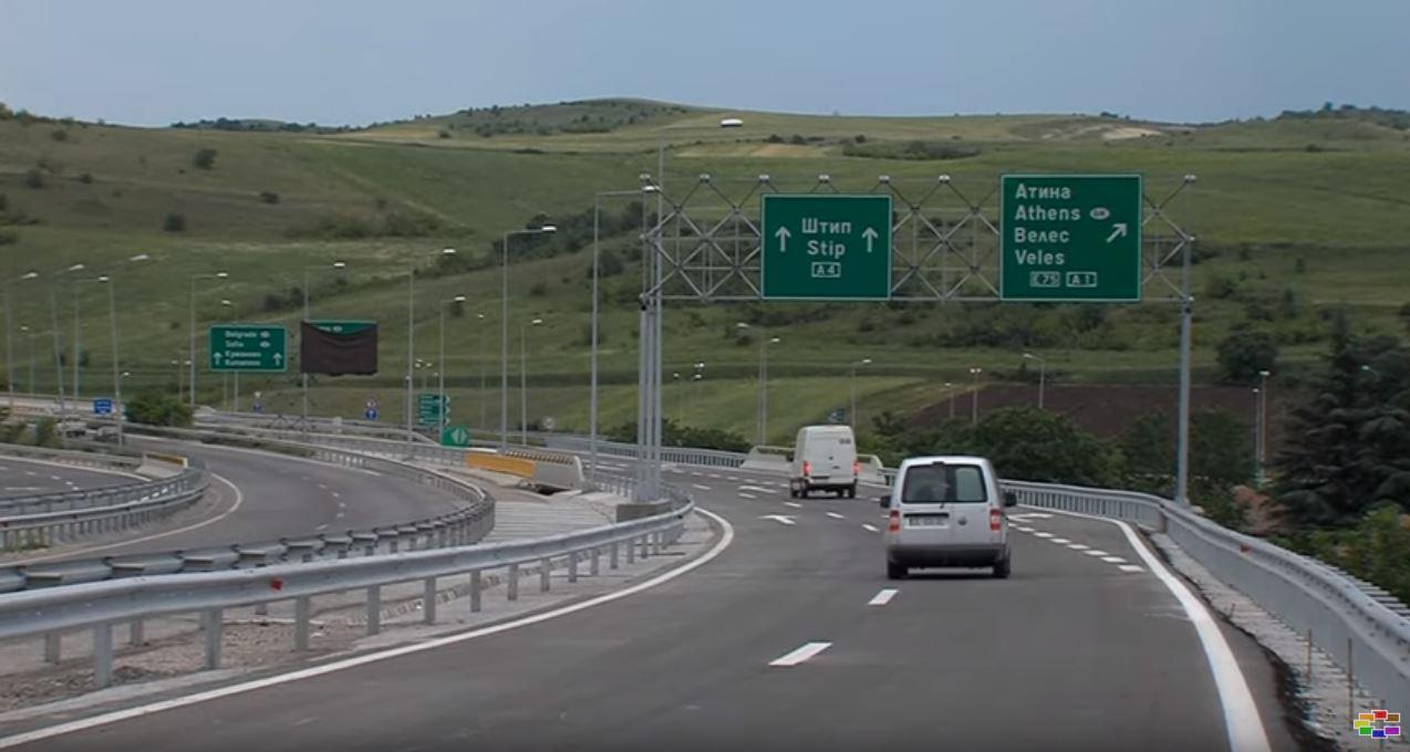 Фото: Се преврте возило на автопатот Скопје – Штип, едно лице загина, едно тешко повредено